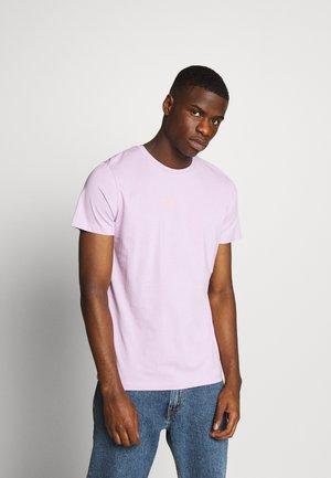 JORSCRIPT TEE CREW NECK - T-shirt imprimé - lavendula
