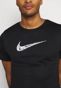 Nike Performance - BREATHE RUN  - T-shirts print - black/white - 5