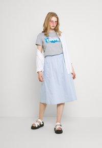 Levi's® - GRAPHIC JORDIE TEE - Print T-shirt - heather grey - 1