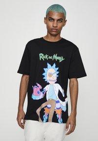 PULL&BEAR - RICK & MORTY - T-shirt con stampa - mottled dark grey - 3