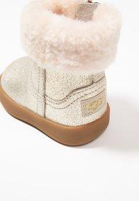 UGG - JORIE METALLIC - Chaussures premiers pas - gold - 2