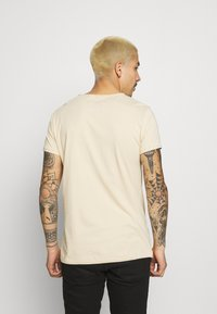 Tigha - WREN - Basic T-shirt - desert sand - 2