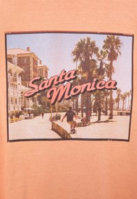Vintage Supply - OVERDYED WITH VINTAGE SANTA MONICA GRAPHIC UNISEX - T-shirt z nadrukiem - burnt orange - 2