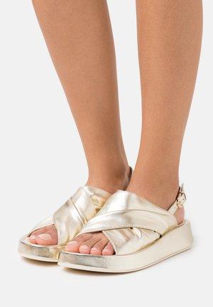 TOPAZ - Sandály na platformě - oro