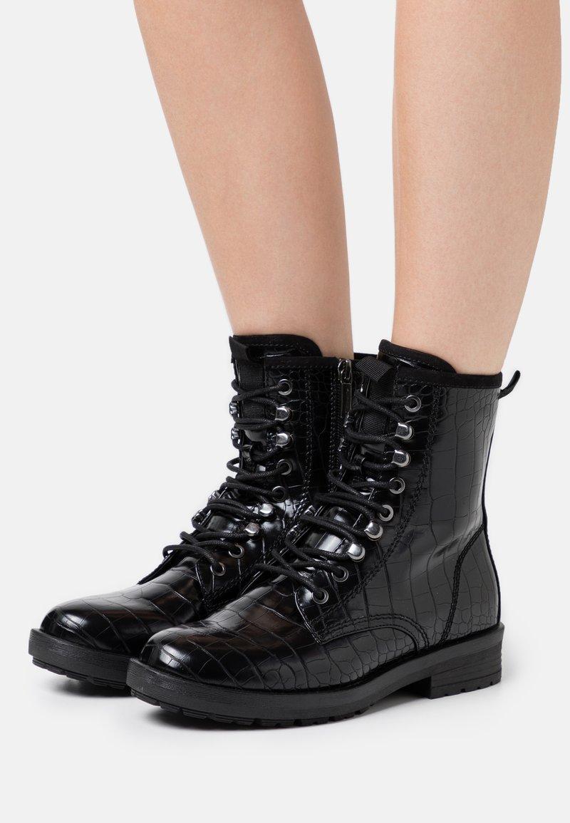 Tamaris - Šněrovací kotníkové boty - black