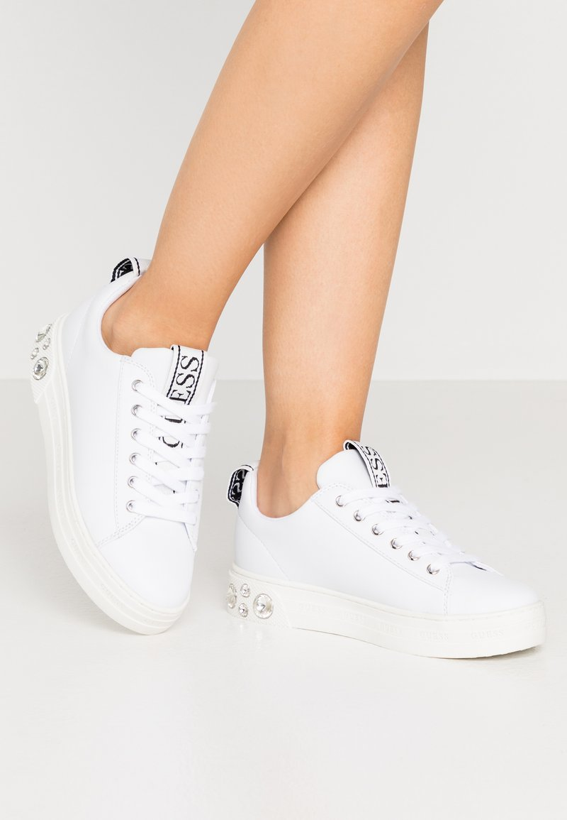 Guess - RIVET - Sneakers basse - white