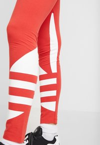 adidas Originals - LARGE LOGO ADICOLOR LARGE LOGO TIGHT TIGHTS - Legíny - lush red/white - 4