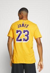 Nike Performance - NBA LOS ANGELES LAKERS LEBRON JAMES NAME AND NUMBER TEE - Klubbkläder - amarillo - 2