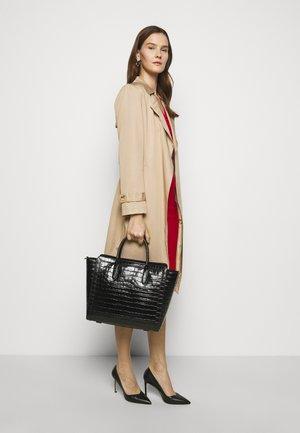 LARGE CROC EMBOSS TYLER - Shoppingveske - black