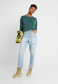 American Eagle - CURVY MOM JEAN - Jeans Relaxed Fit - light repair - 1