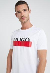 HUGO - DOLIVE - Print T-shirt - white - 4