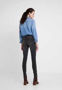 Vero Moda - VMTANYA PIPING - Skinny-Farkut - dark grey denim - 2
