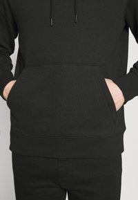 Calvin Klein Jeans - NEW ICONIC ESSENTIAL HOODIE - Sweatshirt - black - 4