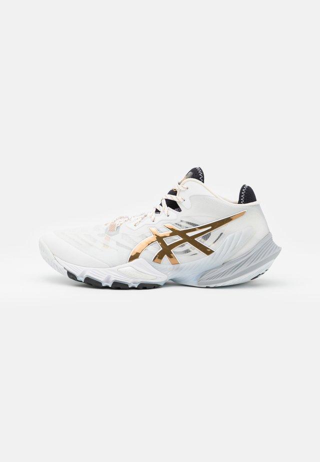METARISE - Chaussures de handball - white/pure gold