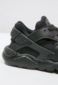 Nike Sportswear - HUARACHE RUN UNISEX - Trainers - black - 5