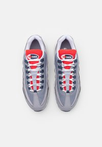 Nike Sportswear - AIR MAX 95 - Sneakersy niskie - cement grey/thunder blue/chile red/summit white/white - 3