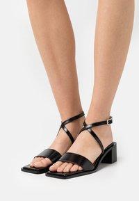 Chio - Sandaalit nilkkaremmillä - black sierra - 0