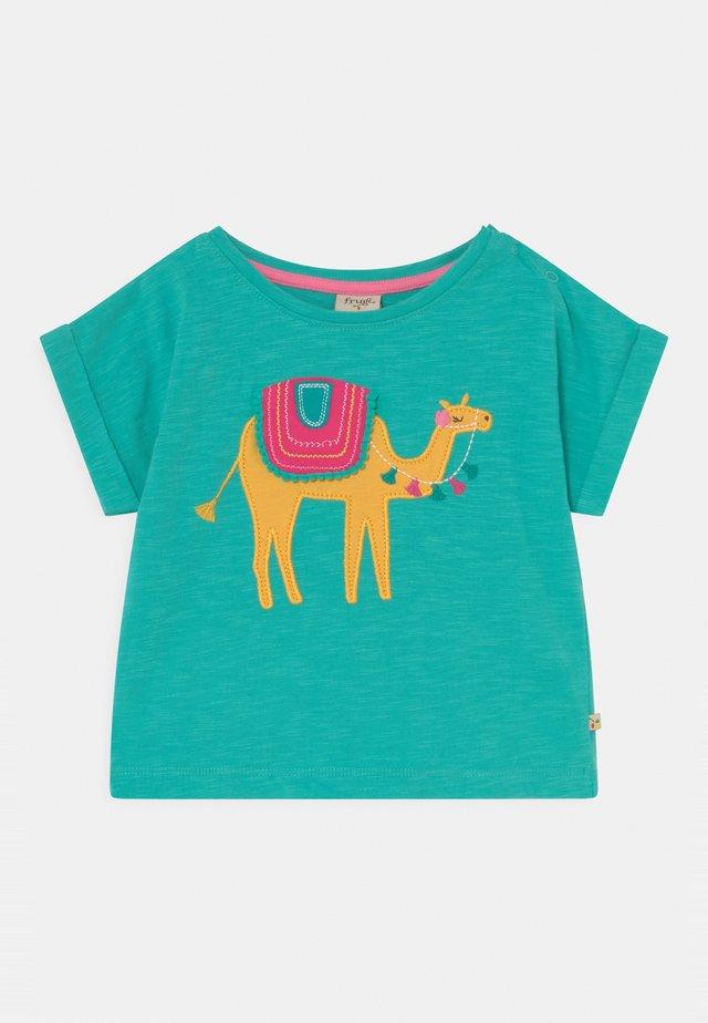 SOPHIA SLUB CAMEL - T-shirt con stampa - pacific aqua