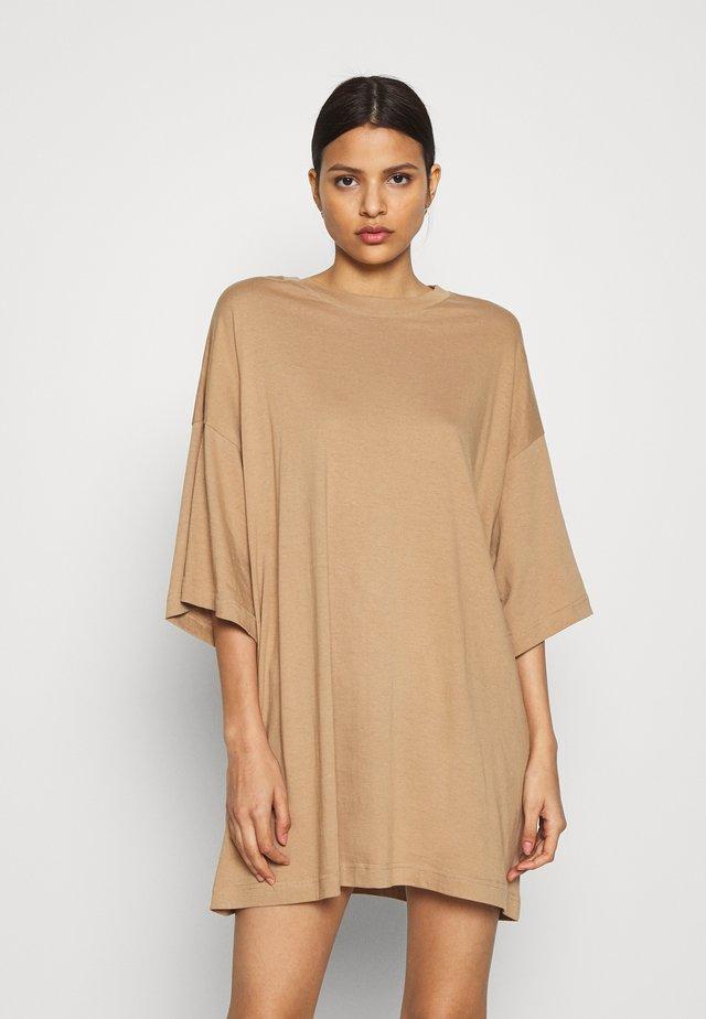 HUGE - Žerzejové šaty - brownish beige