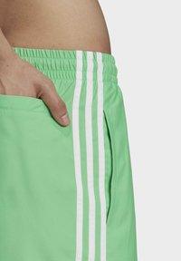 adidas Originals - 3-STRIPES SWIMS ORIGINALS ADICOLOR PRIMEGREEN SWIM SHORTS - Zwemshorts - green - 3