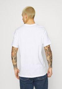 Nike Sportswear - TEE MONTH - T-shirt med print - white/laser blue - 2