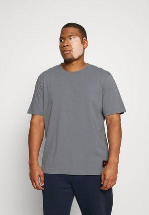 BADGE TEE - Print T-shirt - shining armor
