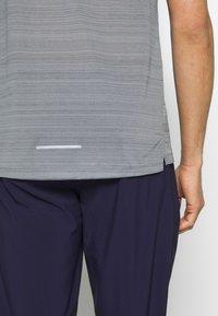 Nike Performance - DRY MILER - Camiseta estampada - smoke grey/reflective silver - 5