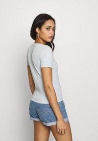 Levi's® - BABY TEE - Print T-shirt - baby blue - 2