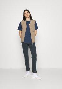 adidas Originals - SURREAL SUMMER UNISEX - T-shirt con stampa - crew navy - 1