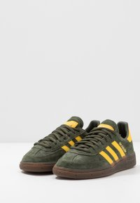 adidas Originals - HANDBALL SPEZIAL - Zapatillas - night cargo/yellow - 2