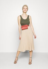Missguided Tall - BELTED PLEATED MIDI SKIRT - A-Linien-Rock - cuban sand - 1