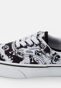 Vans - ERA ELASTIC LACE - Sneakers laag - skull/black - 5