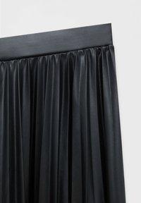 PULL&BEAR - PLISSIERTER VINYL - A-linjekjol - mottled black - 5