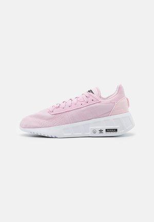 EARTH RUNNER PRIMEBLUE SHOES - Sneakers basse - clear pink/footwear white/core black