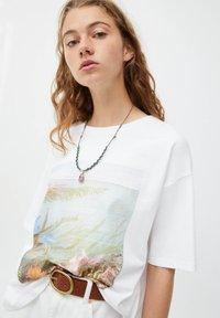 PULL&BEAR - MIT RUNDAUSSCHNITT - Print T-shirt - white - 3