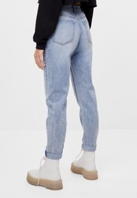 Bershka - MIT UMSCHLAG  - Relaxed fit jeans - blue denim - 2