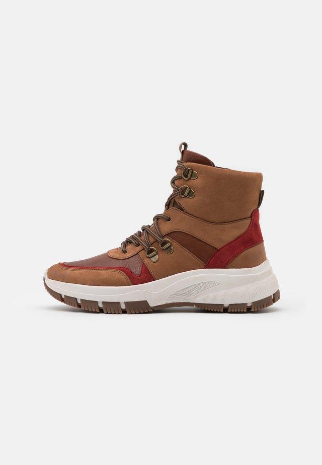 Platform ankle boots - camel/fox
