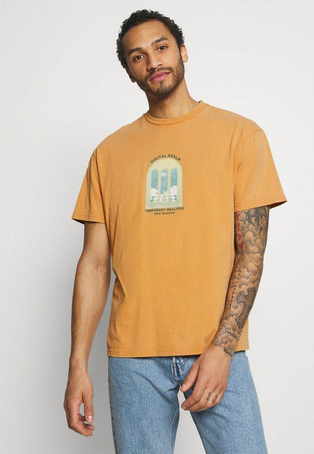 DIGI REALM TEE - T-shirts med print - mustard