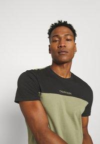 Calvin Klein - COLOR BLOCK - Print T-shirt - green - 3
