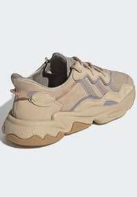 adidas Originals - OZWEEGO UNISEX - Trainers - stpanu/lbrown/solred - 3