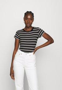 Wrangler - SLIM STRIPE - T-shirt z nadrukiem - faded black - 0