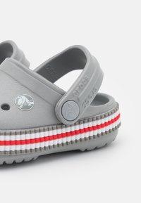 Crocs - CROCBAND VARSITY UNISEX - Sandały kąpielowe - light grey - 5