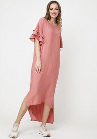 Madam-T - SATINESSA - Maxi dress - pulver - 1