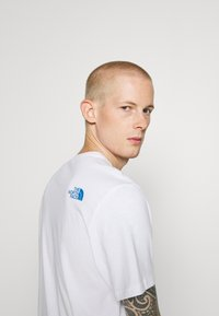 The North Face - STANDARD TEE - Print T-shirt - white/clear lake blue - 3