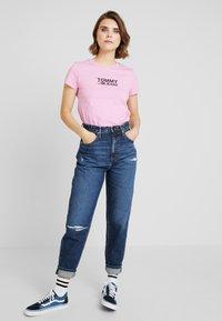 Tommy Jeans - TJW CORP LOGO TEE - T-shirt imprimé - lilac - 1