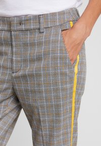 TOM TAILOR DENIM - CIGARETTE PANTS - Pantalon classique - grey/yellow - 4