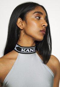 Karl Kani - COLLEGE SLEEVELESS TOP - Top - silver/black/white - 4