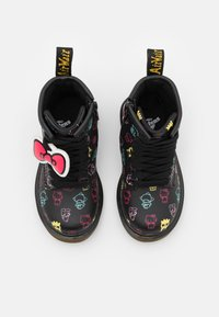 Dr. Martens - 1460 HELLO KITTY & FRIENDS UNISEX - Lace-up ankle boots - black hydro - 3