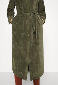 Another-Label - VANDERDISE DRESS - Košilové šaty - winter moss - 3
