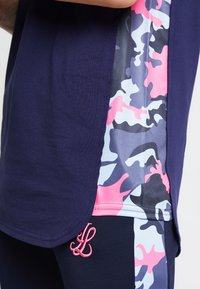 Illusive London Juniors - ILLUSIVE LONDON JUNIORS  - Print T-shirt - navy/neon pink - 3
